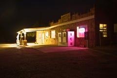 Το πρατήριο καυσίμων κοντά στους κατοίκους απότομων βράχων κατοικεί τη νύχτα της Νέας Υόρκης Στοκ εικόνες με δικαίωμα ελεύθερης χρήσης