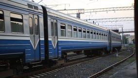 Το προαστιακό τραίνο diesel επιβατών φέρνει τους επιβάτες απόθεμα βίντεο