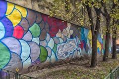 Το προαύλιο ενός σπιτιού διαμερισμάτων με τα γκράφιτι, Αγία Πετρούπολη, Ρωσία Στοκ εικόνα με δικαίωμα ελεύθερης χρήσης
