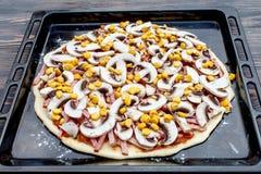 Το προκαταρκτικό στάδιο του μαγειρέματος της πίτσας Στοκ Εικόνες