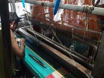 Το προκλητικό παραδοσιακό εμπορικό σήμα υφασμάτων σε Tangail και επίσης το Μπανγκλαντές Στοκ Εικόνα