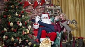 Το προκλητικό κορίτσι κάθεται στην περιτύλιξη Santa απόθεμα βίντεο