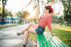 Το προκλητικό κορίτσι pinup κρατά το φλυτζάνι χαρτονιού με ένα άχυρο Στοκ Εικόνες
