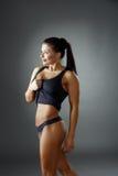 _ Το προκλητικό brunette παρουσιάζει επίπεδο στομάχι της Στοκ Εικόνες
