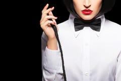 Το προκλητικό dominatrix στην περούκα και τα κόκκινα χείλια που θέτουν με κτυπούν την κινηματογράφηση σε πρώτο πλάνο Στοκ εικόνα με δικαίωμα ελεύθερης χρήσης