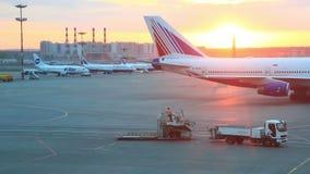 Το προσγειωμένο αεροπλάνο πηγαίνει στο χώρο στάθμευσης στο διεθνή αερολιμένα Vnukovo απόθεμα βίντεο