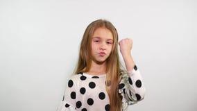 Το προσκαλώντας κορίτσι παρουσιάζει μια χειρονομία της επιτυχίας κίνηση αργή φιλμ μικρού μήκους
