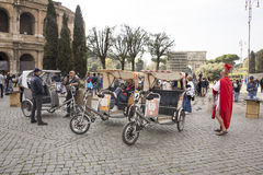 Το προσωπικό αναμονής αναμένει τους strolling τουρίστες στο Colosseum Στοκ Εικόνες