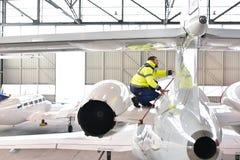 Το προσωπικό εδάφους στον αερολιμένα ελέγχει την τεχνολογία και την ασφάλεια στοκ φωτογραφίες