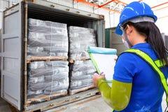 Το προσωπικό ελέγχει τα στοιχεία καταλόγων του προϊόντος στα εμπορευματοκιβώτια στοκ εικόνα με δικαίωμα ελεύθερης χρήσης