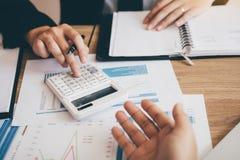 Το προσωπικό λογιστικής έχει την πίεση στην εύρεση των οικονομικών καταστάσεων της επιχείρησης με το ανεξόφλητο χρέος στοκ φωτογραφίες με δικαίωμα ελεύθερης χρήσης