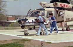 Το προσωπικό νοσοκομείων ορμά ένα σοβαρά τραυματισμένο άτομο στοκ φωτογραφίες