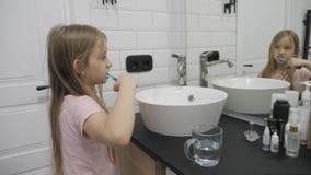 Το προ κορίτσι εφήβων βουρτσίζει τα δόντια και την πλύση της το πρόσωπό του στο λουτρό απόθεμα βίντεο
