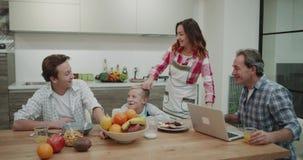 Το πρωί μια χαριτωμένη οικογένεια που ξοδεύει έναν καλό χρόνο μαζί παίρνοντας τα τρόφιμα, γυναίκα φέρνει όλα τα τρόφιμα απόθεμα βίντεο