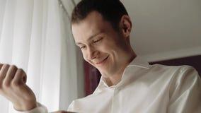 Το πρωί του νεόνυμφου, ένας όμορφος τύπος σε ένα κοστούμι με έναν δεσμό τόξων απόθεμα βίντεο