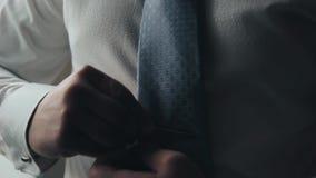 Το πρωί του νεόνυμφου, ένας όμορφος τύπος σε ένα κοστούμι με έναν δεσμό τόξων φιλμ μικρού μήκους