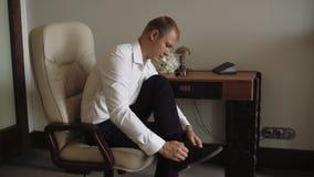 Το πρωί του νεόνυμφου, ένας όμορφος τύπος σε ένα κοστούμι με έναν δεσμό τόξων, σε αργή κίνηση απόθεμα βίντεο