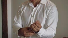 Το πρωί του νεόνυμφου, ένας όμορφος τύπος σε ένα κοστούμι με έναν δεσμό τόξων, σε αργή κίνηση φιλμ μικρού μήκους