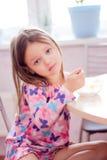 Το πρωί το κορίτσι έχει Breakfas Στοκ Φωτογραφίες