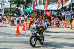Το πρωτάθλημα Chiangrai ποδηλάτων ισορροπίας βατραχοπέδιλων, παιδιά συμμετέχει στη φυλή ποδηλάτων ισορροπίας Στοκ Φωτογραφία