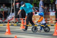 Το πρωτάθλημα Chiangrai ποδηλάτων ισορροπίας βατραχοπέδιλων, παιδιά συμμετέχει στη φυλή ποδηλάτων ισορροπίας Στοκ εικόνες με δικαίωμα ελεύθερης χρήσης