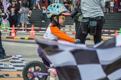 Το πρωτάθλημα Chiangrai ποδηλάτων ισορροπίας βατραχοπέδιλων, παιδιά συμμετέχει στη φυλή ποδηλάτων ισορροπίας Στοκ φωτογραφίες με δικαίωμα ελεύθερης χρήσης