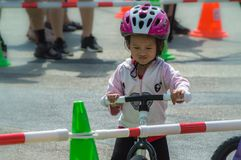 Το πρωτάθλημα Chiangrai ποδηλάτων ισορροπίας βατραχοπέδιλων, παιδιά συμμετέχει στη φυλή ποδηλάτων ισορροπίας Στοκ εικόνα με δικαίωμα ελεύθερης χρήσης