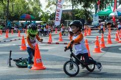 Το πρωτάθλημα Chiangrai ποδηλάτων ισορροπίας βατραχοπέδιλων, παιδιά συμμετέχει στη φυλή ποδηλάτων ισορροπίας Στοκ φωτογραφία με δικαίωμα ελεύθερης χρήσης