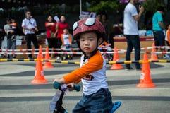 Το πρωτάθλημα Chiangrai ποδηλάτων ισορροπίας βατραχοπέδιλων, παιδιά συμμετέχει στη φυλή ποδηλάτων ισορροπίας Στοκ Εικόνες
