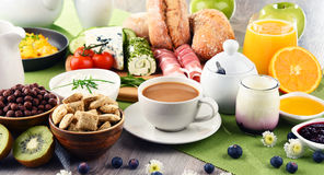 Το πρόγευμα εξυπηρέτησε με τον καφέ, τυρί, δημητριακά και ανακάτωσε τα αυγά Στοκ Εικόνες