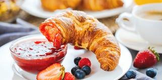 Το πρόγευμα εξυπηρέτησε με τον καφέ, το χυμό από πορτοκάλι, croissants, τα δημητριακά και τα φρούτα ισορροπημένο σιτηρέσιο στοκ εικόνα