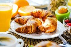 Το πρόγευμα εξυπηρέτησε με τον καφέ, το χυμό από πορτοκάλι, croissants, τα δημητριακά και τα φρούτα ισορροπημένο σιτηρέσιο στοκ εικόνες