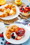 Το πρόγευμα εξυπηρέτησε με τον καφέ, το χυμό από πορτοκάλι, croissants, τα δημητριακά και τα φρούτα ισορροπημένο σιτηρέσιο στοκ φωτογραφία με δικαίωμα ελεύθερης χρήσης