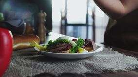 Το πρόγευμα κυνήγησε λαθραία αυγό, κρέας στο μαρούλι που έγινε από τη φρυγανιά απόθεμα βίντεο