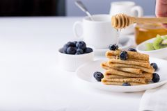 Το πρόγευμα με τις λεπτές τηγανίτες crepes, βακκίνια και καφές Στοκ φωτογραφίες με δικαίωμα ελεύθερης χρήσης