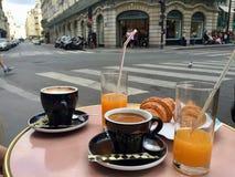 Το πρόγευμα στο Παρίσι και η προσοχή της ζωής περνούν στοκ φωτογραφία