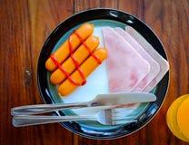 Το πρόγευμα του ζαμπόν, το ποτήρι του χυμού από πορτοκάλι και η κινηματογράφηση σε πρώτο πλάνο Αμερικανός φρυγανιάς προγευματίζου Στοκ εικόνες με δικαίωμα ελεύθερης χρήσης