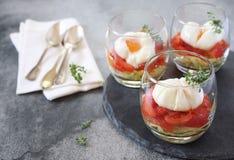 Το πρόγευμα τριών verrines κυνήγησε λαθραία αυγά, ντομάτες και κολοκύθια Στοκ εικόνα με δικαίωμα ελεύθερης χρήσης