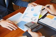 Το πρόγραμμα εκθέσεων 'brainstorming' συνεδρίασης των επιχειρηματιών επιχειρησιακής διαβούλευσης αναλύει στοκ φωτογραφίες με δικαίωμα ελεύθερης χρήσης