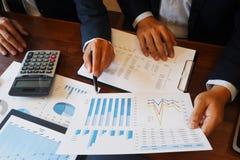 Το πρόγραμμα εκθέσεων 'brainstorming' συνεδρίασης των επιχειρηματιών επιχειρησιακής διαβούλευσης αναλύει στοκ εικόνα