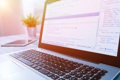 Το πρόγραμμα κώδικα κωδικοποίησης υπολογίζει ότι ο κωδικοποιητής αναπτύσσει την ανάπτυξη υπεύθυνων για την ανάπτυξη Στοκ Εικόνες