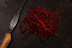 Το πρόσθετο καυτό κόκκινο πιπέρι τσίλι περνά κλωστή στις σειρές Στοκ εικόνες με δικαίωμα ελεύθερης χρήσης