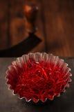 Το πρόσθετο καυτό κόκκινο πιπέρι τσίλι περνά κλωστή στις σειρές Στοκ Εικόνα