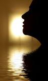 το πρόσωπο έδωσε το ύδωρ σκιαγραφιών Στοκ φωτογραφία με δικαίωμα ελεύθερης χρήσης