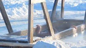 Το πρόσωπο βυθίζεται στο κρύο νερό, ημέρα, χειμώνας απόθεμα βίντεο