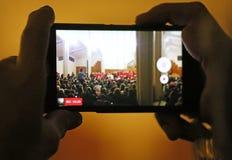 Το πρόσωπο κάνει έναν κινηματογράφο κατά τη διάρκεια της συναυλίας Χριστουγέννων Στοκ φωτογραφία με δικαίωμα ελεύθερης χρήσης