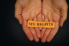 Το πρόσωπο κρατά το κομμάτι χαρτί με τη φράση τα δικαιώματά μου Στοκ Εικόνες
