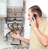 Το πρόσωπο μιλά με μαύρο τηλέφωνο στοκ εικόνα με δικαίωμα ελεύθερης χρήσης