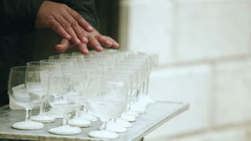 Το πρόσωπο παίζει τη μουσική με τα ποτήρια του νερού και των δάχτυλών του απόθεμα βίντεο