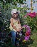 Το πρόσωπο παιδιών ανθίζει το ευτυχές νέων χαριτωμένο καλοκαίρι ομορφιάς κηπουρικής φύσης λουλουδιών κήπων παιδικής ηλικίας λιβαδ στοκ φωτογραφία με δικαίωμα ελεύθερης χρήσης